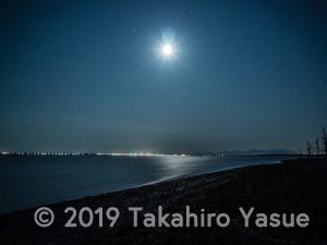 野付湾と月