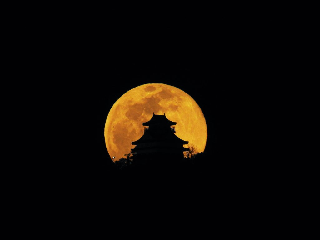 岐阜城に昇る満月